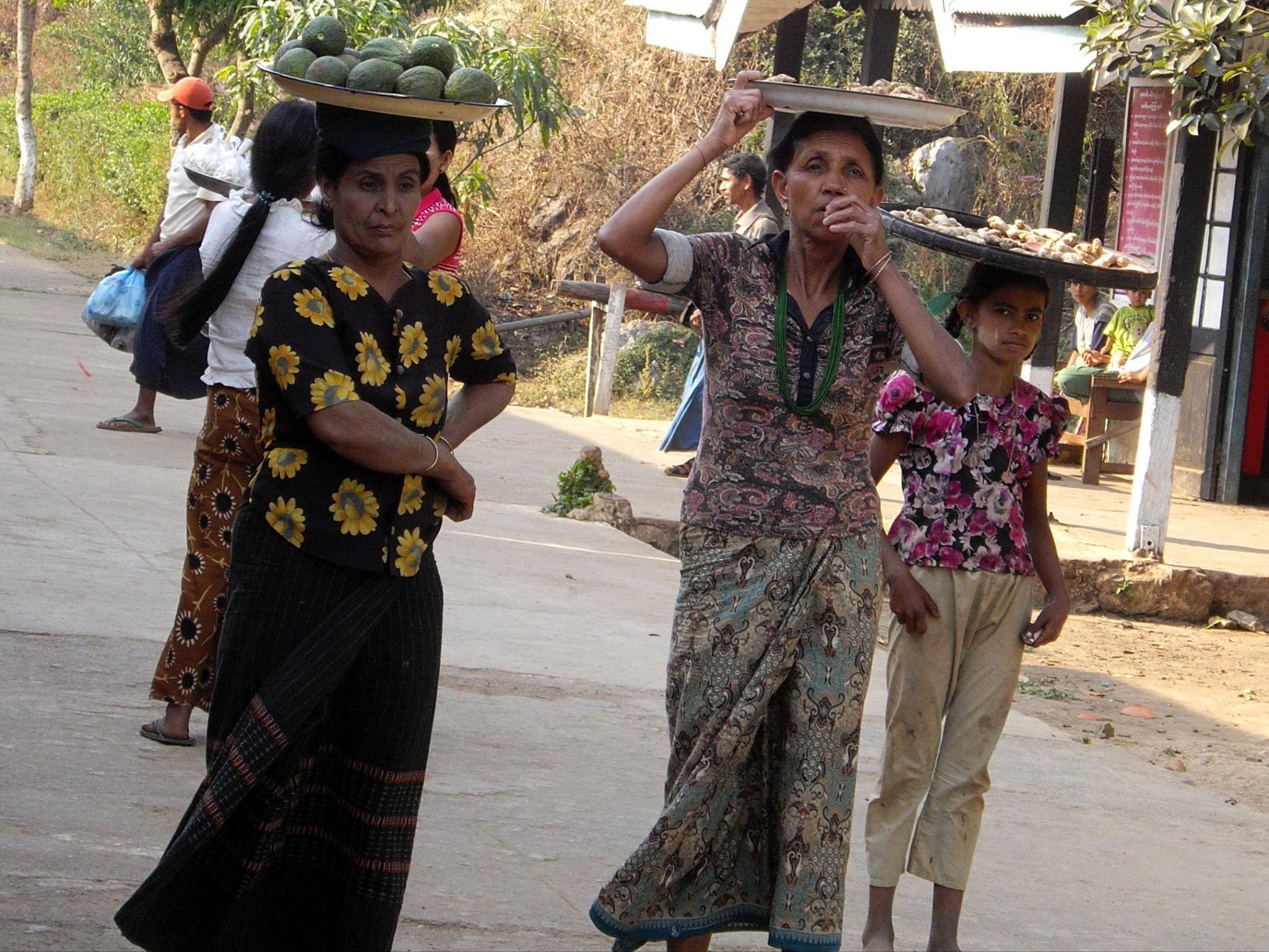 Animation en gare birmane