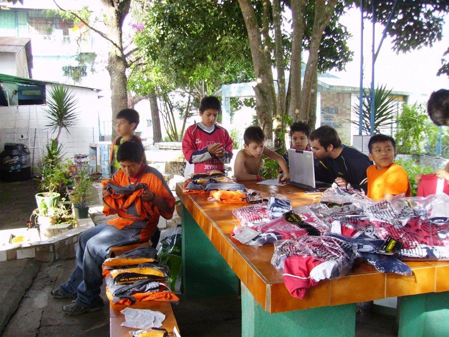 Niños del orfanato Santos Ángeles de Fontiverio (Guatemala) con las equipaciones